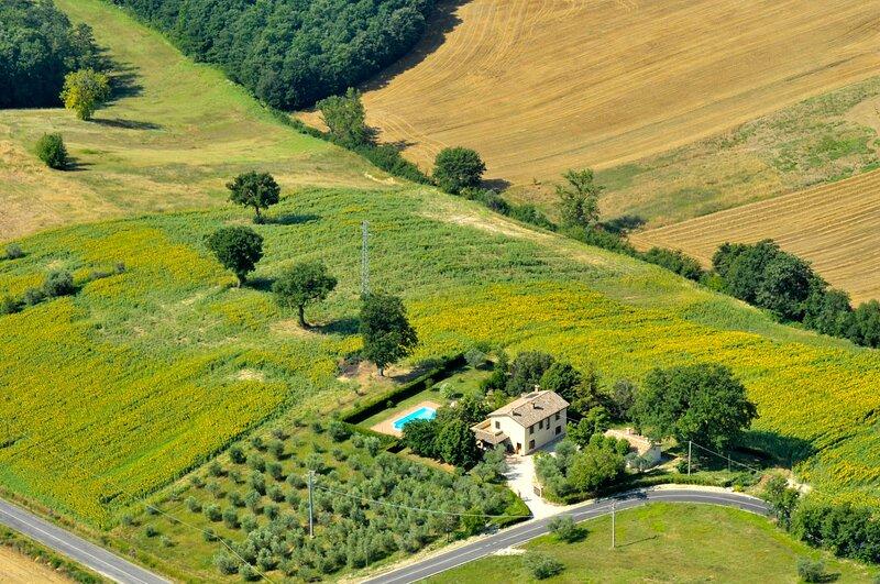 Villa with private pool, air conditioning, 20km Todi & Montignano, 40 Orvieto, holiday rental in Montecastrilli