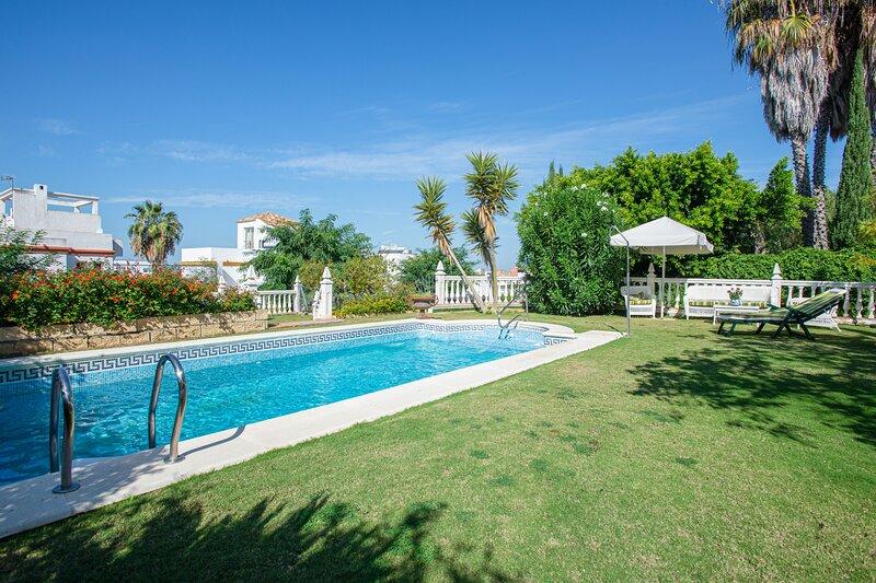 Amazing villa with swimming-pool, holiday rental in Lebrija