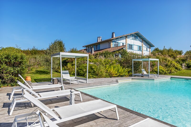 Big villa with swimming-pool & Wifi, holiday rental in Villefranque