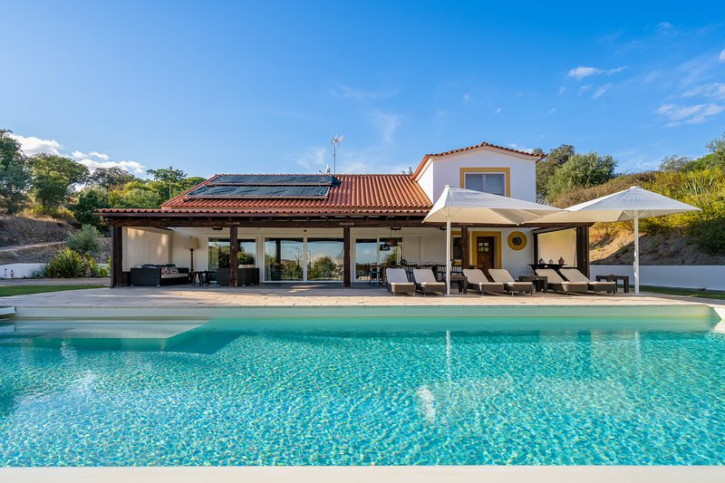 Amazing villa with swimming-pool, holiday rental in Avis