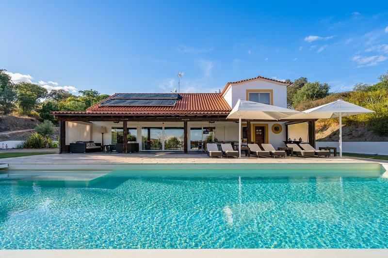 Amazing villa with swimming-pool, casa vacanza a Brotas