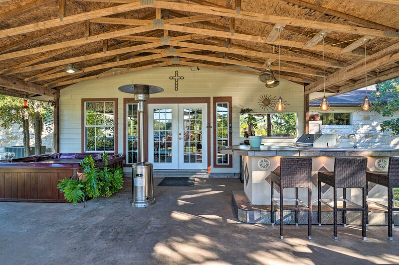 NEW! Country Retreat Set on 15 Acres w/ Hot Tub!, vacation rental in Webberville