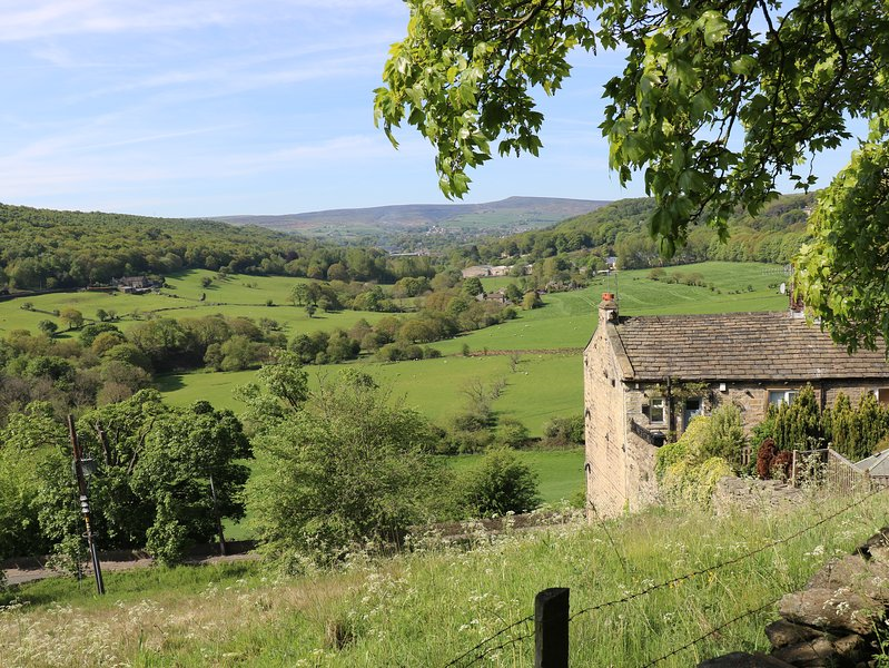 Holmedale Cottage nr Holmfirth. A listed cottage with stunning views, holiday rental in Grange Moor