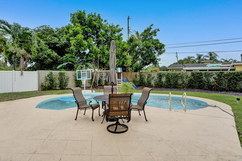 Heated Pool Home w/Swing Set - 3.5 miles to Beach, holiday rental in Coconut Creek