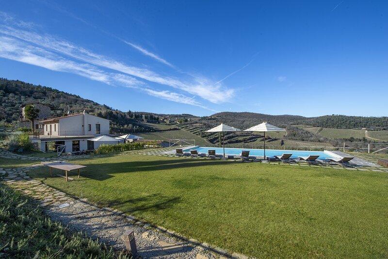 AMORE RENTALS - Villa Il Tinaio with Private Pool, Garden, Terraces and Parking, aluguéis de temporada em Panzano in Chianti