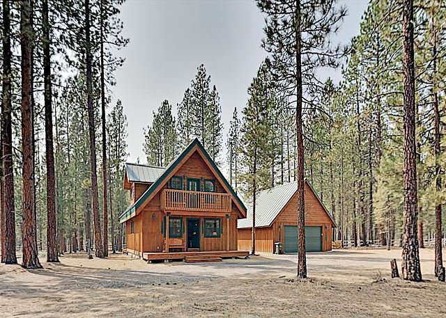 Brand-New Wooded Retreat | Luxe Interior, Wood-Burning Stove, Alfresco Dining, holiday rental in La Pine