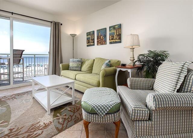 Pelican Isle 214: VISIT the COAST with the MOST! Stylish BEACH FRONT, pool!, alquiler de vacaciones en Fort Walton Beach
