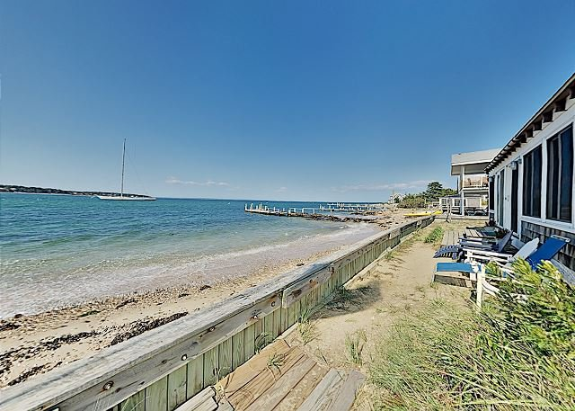 Classic Oak Bluffs Beach House | Excellent Harbor Views | Near Shops & Dining, alquiler de vacaciones en Oak Bluffs