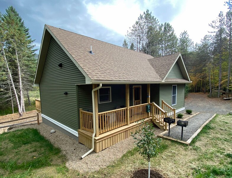 Hot Tub, Fireplace, A/C, Dog-Friendly, Game Rm, 1.9 miles to Whiteface: BBC, location de vacances à Keene