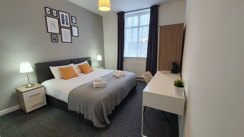 ⭐HUGE SERVICED HOUSE ⭐ MINUTES AWAY FROM NEWCASTLE ⭐ALL EN-SUITE ROOMS, holiday rental in Tyne and Wear