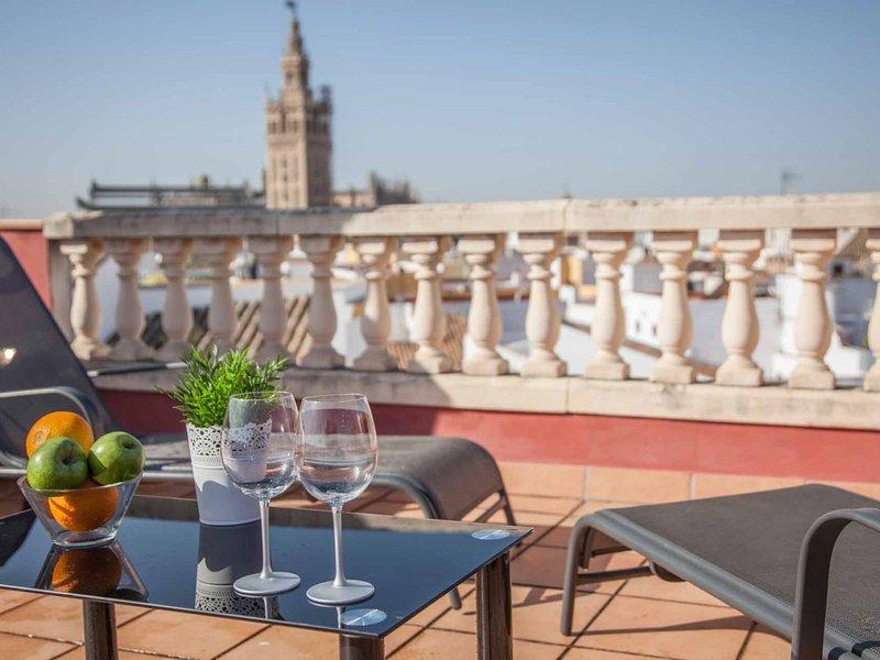 The roof of Sevilla- Chic penthouse -Giralda Views, location de vacances à Las Navas de la Concepcion
