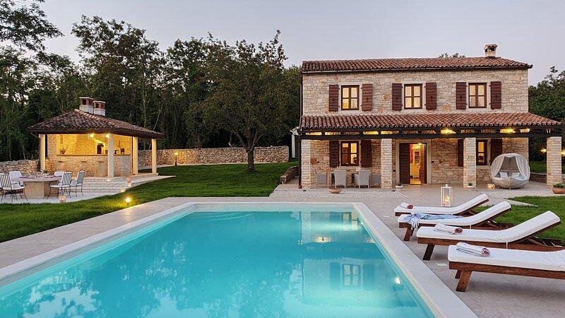 Secluded Villa, large refreshing pool, tranquility, family&pet friendly, alquiler de vacaciones en Sveti Lovrec