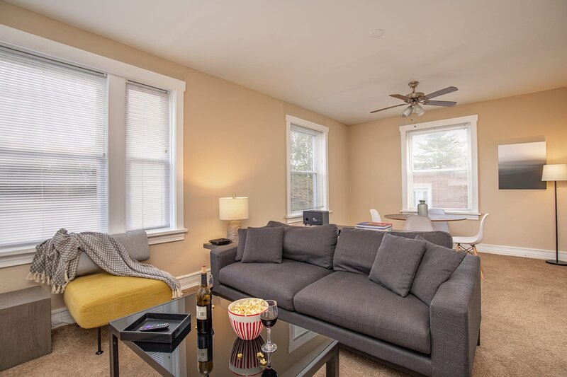 CWE Shops + Eats | Quiet & Spacious + WD | Zencity, vacation rental in Alton