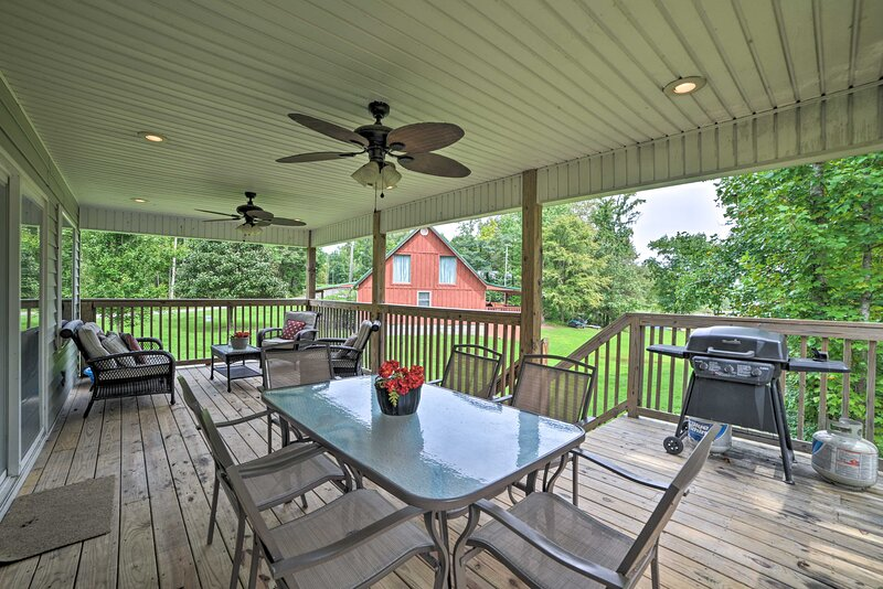 NEW! Kentucky Lake Retreat w/ Private Dock + Deck, location de vacances à Bumpus Mills