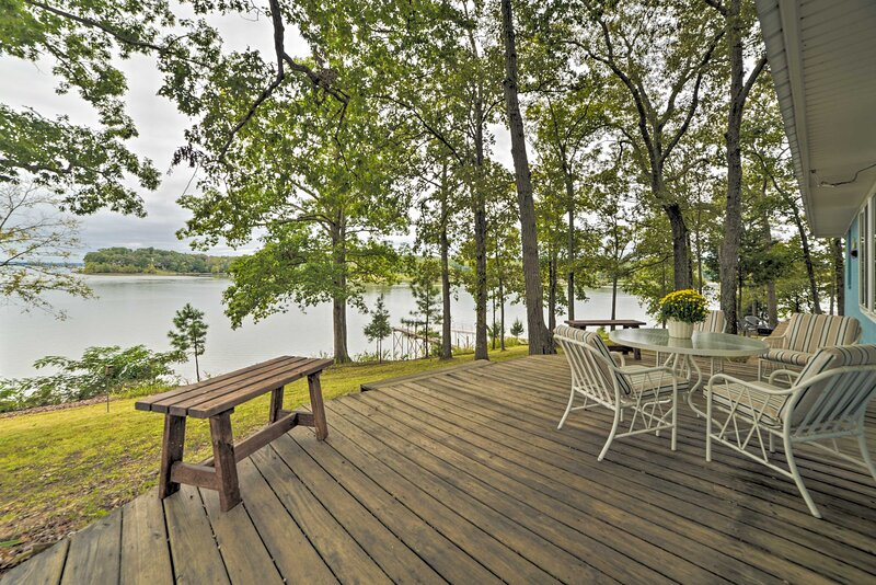 NEW! Kentucky Lake Cabin w/Private Dock + Fire Pit, location de vacances à Bumpus Mills
