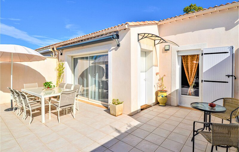 Amazing home in UZES with WiFi and 2 Bedrooms (FLG588), holiday rental in Serviers-et-Labaume