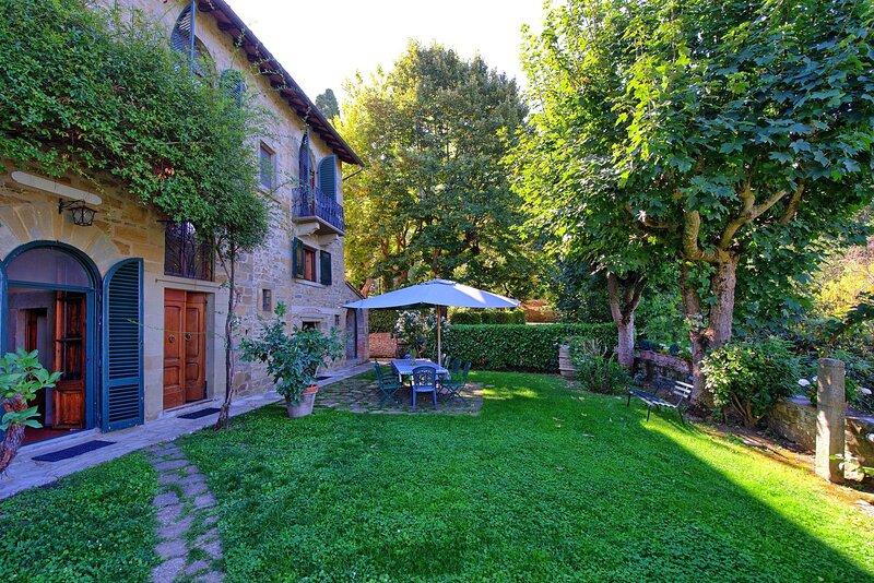 Six bedroom traditional Tuscan villa 5 minutes' walking distance to Cortona!, alquiler de vacaciones en Cortona