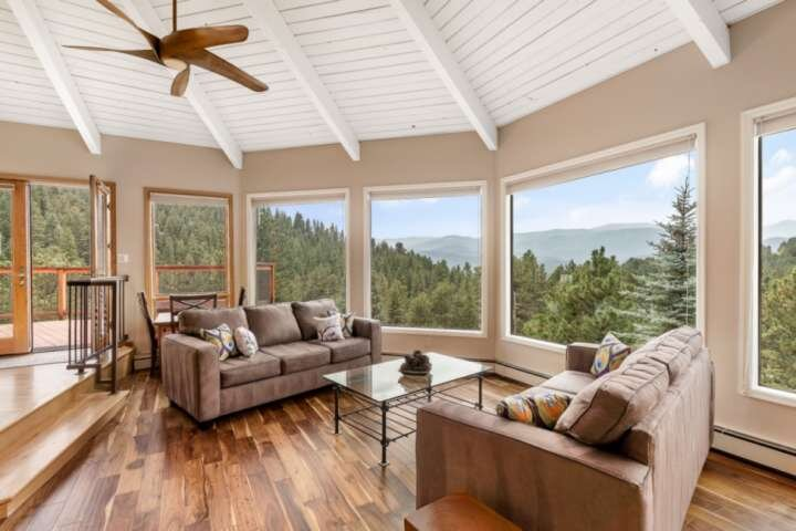 Newly redecorated with furniture and artwork 'The Fir View Evergreen' 20 min to, vacation rental in Evergreen