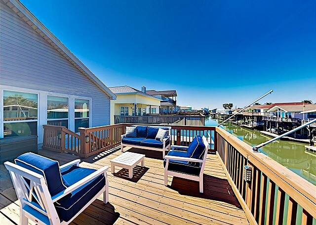 Spacious Canal Home w/ Balconies, Deck & Water-View Bar – Walk to Beach!, alquiler de vacaciones en Galveston Island
