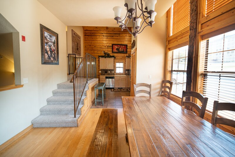 4 BR + Loft, 3 BA Cabin with Fireplace & Screened-In Balcony, holiday rental in Branson
