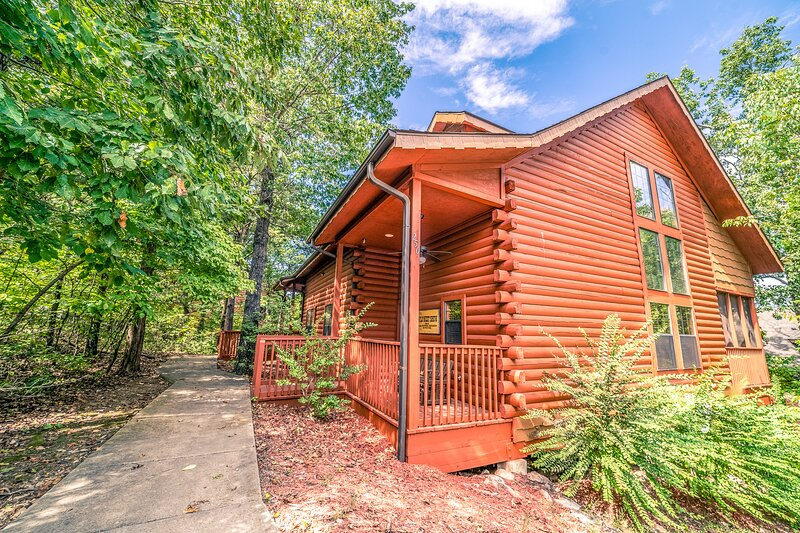 Multi-Unit Walk-in Country Livin' Log Cabin - Close to Shows & Shopping!, holiday rental in Branson