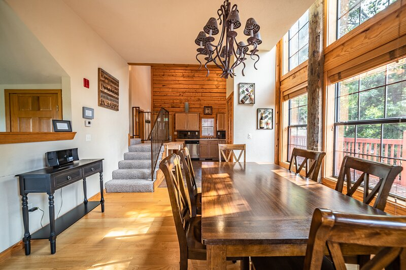 Peaceful Log Cabin with Gas Fireplace - Only Minutes from 76 Country Blvd!, holiday rental in Branson