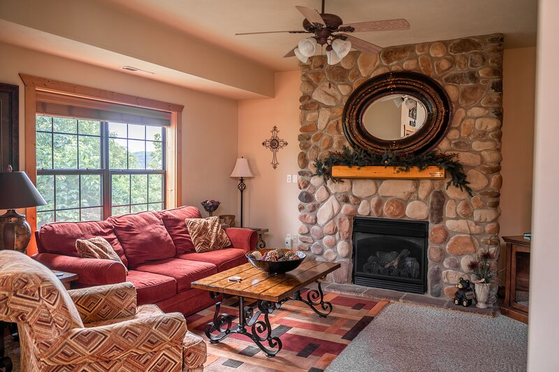 Walk-in Log Cabin with Roll-in Shower - Only Minutes from Shows!, alquiler de vacaciones en Branson