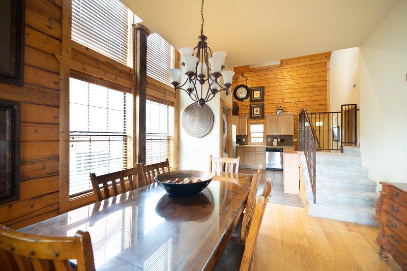 Cedar Log Cabin - Balcony with Beautiful View - Heart of Branson, alquiler de vacaciones en Branson