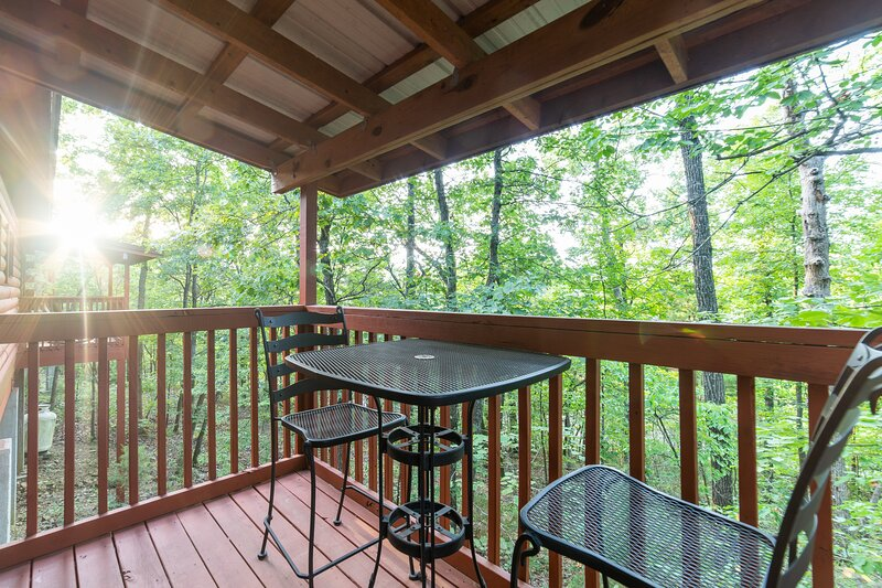 Getaway Cabin for Two with Fireplace & Whirlpool Tub - Minutes from Entertainmen, alquiler de vacaciones en Branson