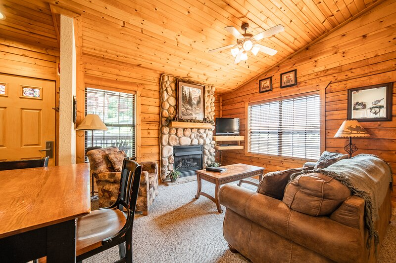 Honeymooner's Cabin with Whirlpool Tub & Fireplace - Heart of Branson, holiday rental in Branson