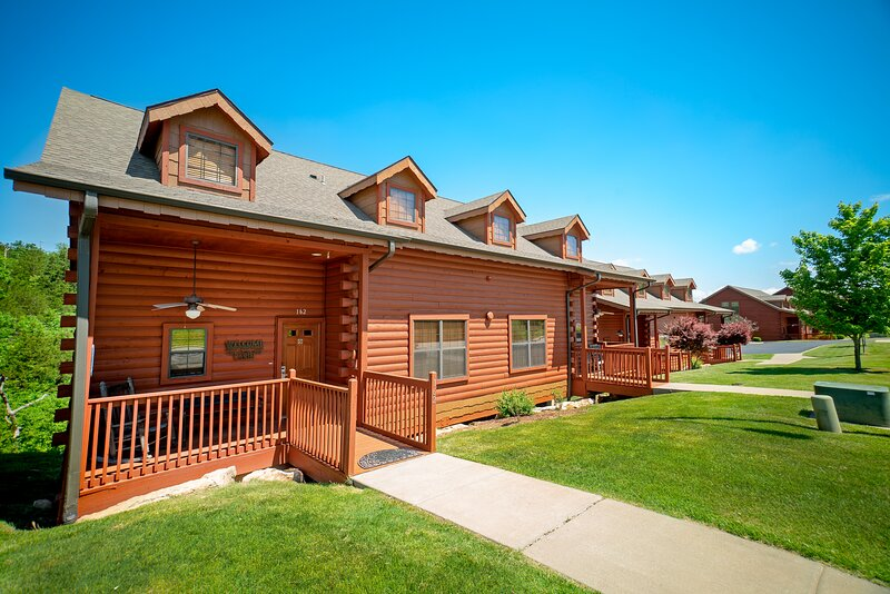 HUGE Multi-Unit Cabin with Private Porches & Gas Grill - Branson Theatre Distric, holiday rental in Branson