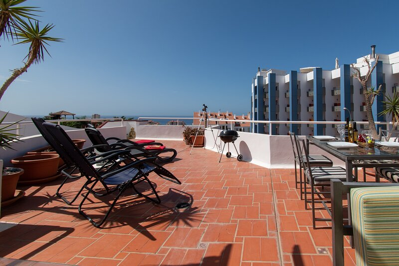 Beautiful 2 Bedroom Apartment. Large Roof Terrace with Sea Views. Los Cristianos – semesterbostad i Los Cristianos