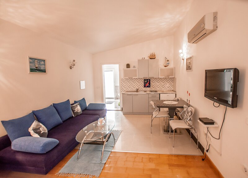 Studio apartment 201 - Little blue fish, vacation rental in Funtana