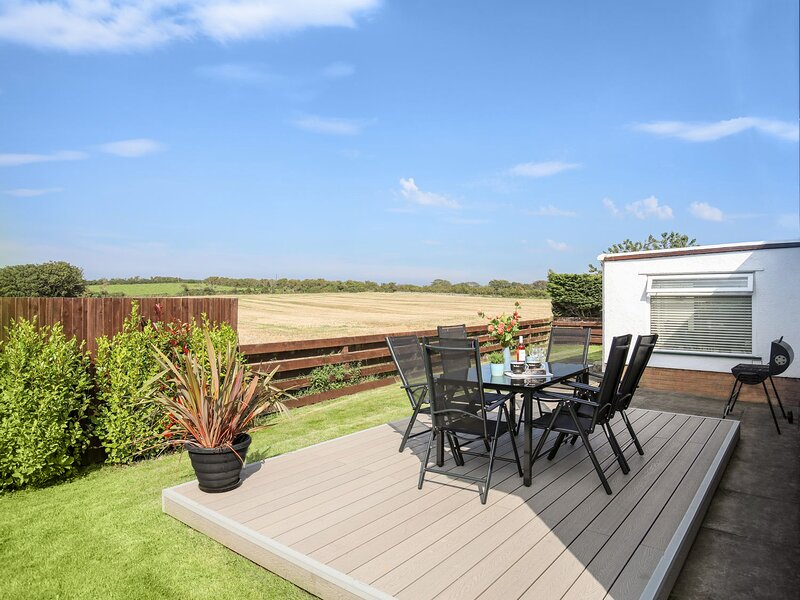 This quiet, detached, luxury home, enjoys open views from a private rear garden., location de vacances à Llanfachraeth
