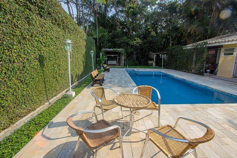 Casa familiar a poucos metros da praia Riviera de São Lourenço, aluguéis de temporada em Bertioga