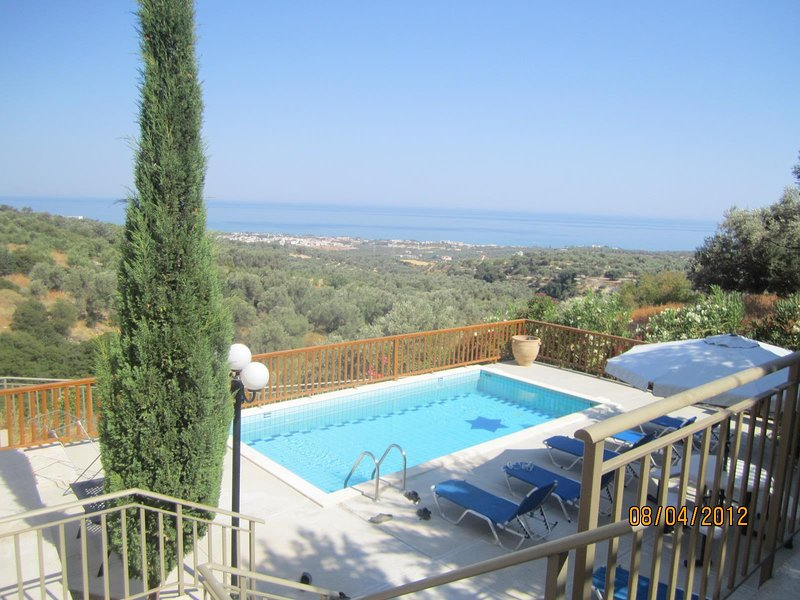 Beautiful Holiday house for 10 persons, with swimming pool, location de vacances à Maroulas