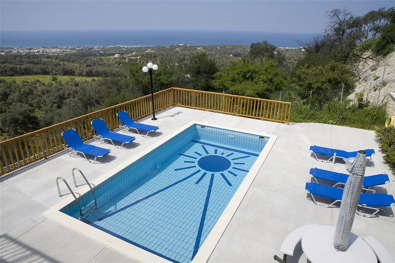Ferienhaus fur 10 Personen, mit Schwimmbad, holiday rental in Maroulas