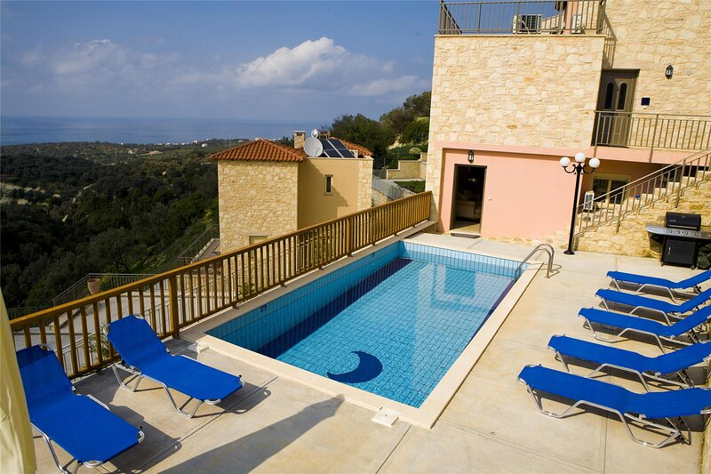 Comfortable holiday house for 10 persons, with swimming pool, location de vacances à Maroulas