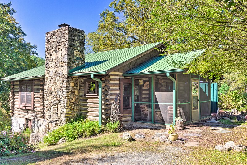 Rustic-Yet-Cozy Cabin w/ Views, 12Mi to Asheville!, vacation rental in Fletcher