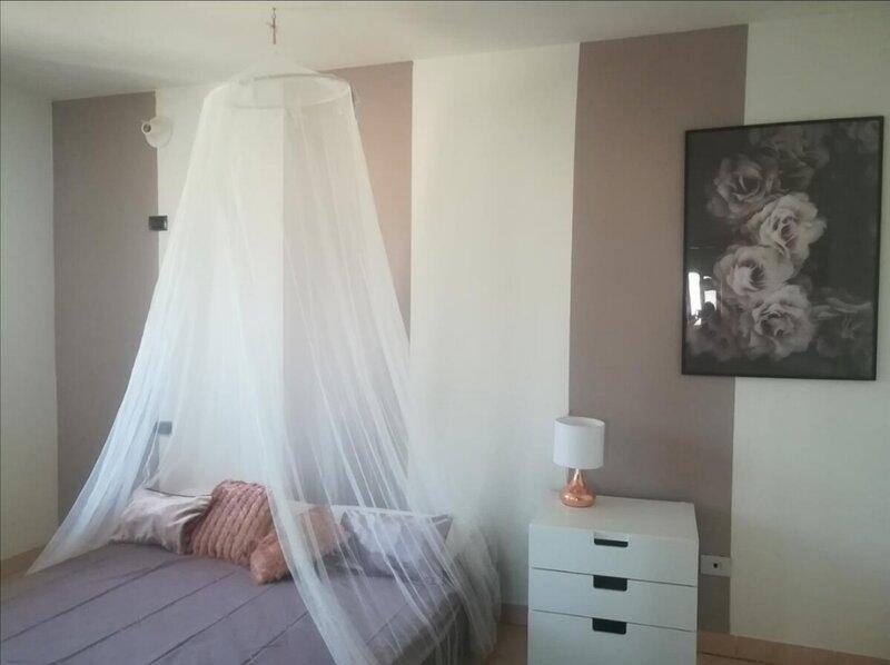 Ampio e nuovo appartamento: 3 camere e cucina, wi fi, TV, lavatrice, parcheggio, vacation rental in Pergolese