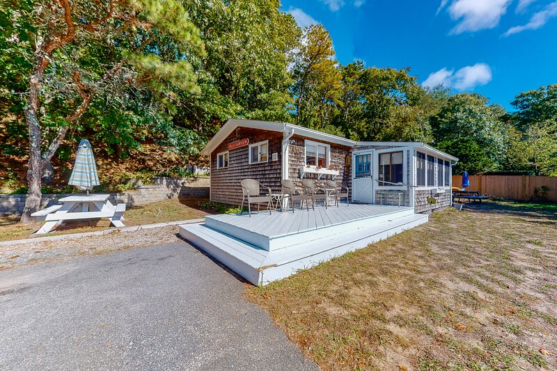 Petite beach home overlooking Follins Pond w/ central A/C and private gas grill!, location de vacances à Fawnskin