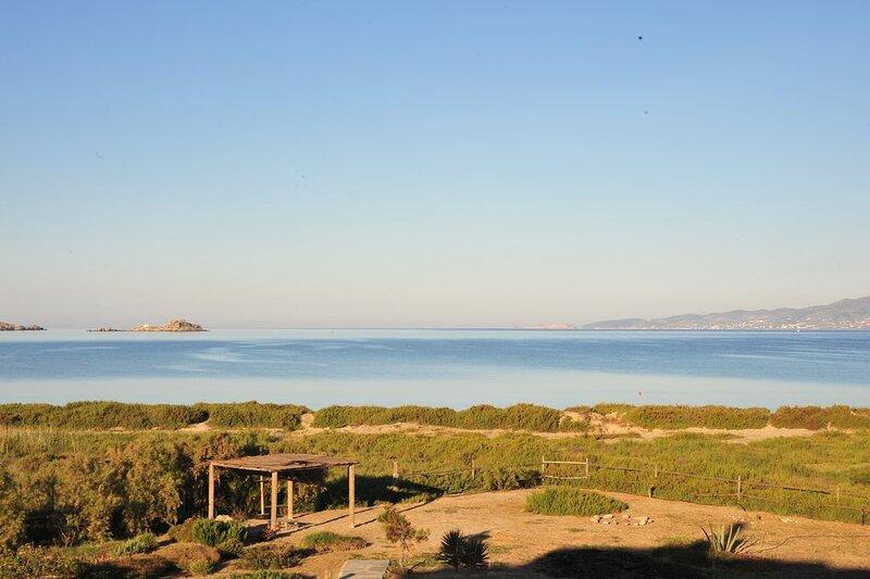 A beautiful beach house on Plaka beach in Naxos, one minute away from the beach!, aluguéis de temporada em Naxos