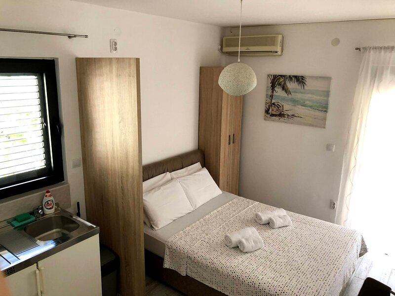 Modern Studio with Balcony, holiday rental in Katun