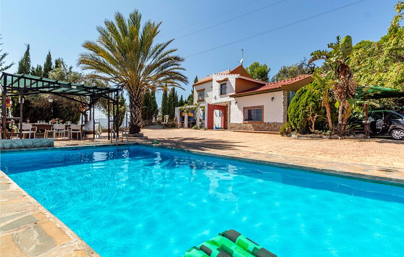 Beautiful home in Málaga with Outdoor swimming pool, WiFi and 3 Bedrooms (EAS43, holiday rental in Almogia