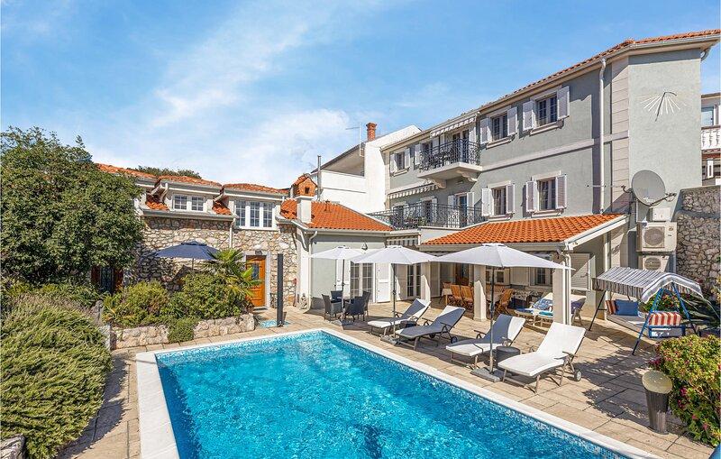 Stunning apartment in Novi Vinodolski with Outdoor swimming pool and 1 Bedrooms, aluguéis de temporada em Novi Vinodolski