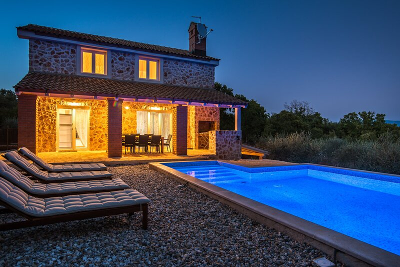 Villa Melody with Pool, casa vacanza a Risika