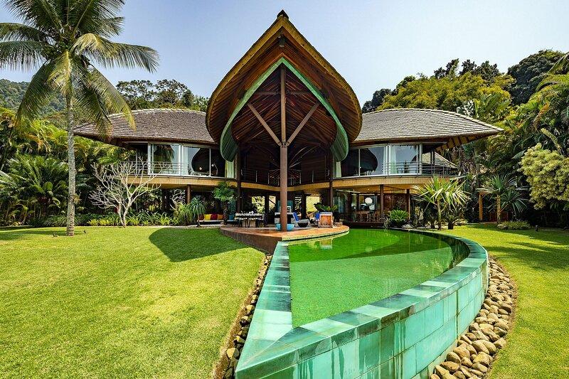 Ang001 - Luxurious 7 bedroom seafront villa in Angra, location de vacances à Saco do Ceu