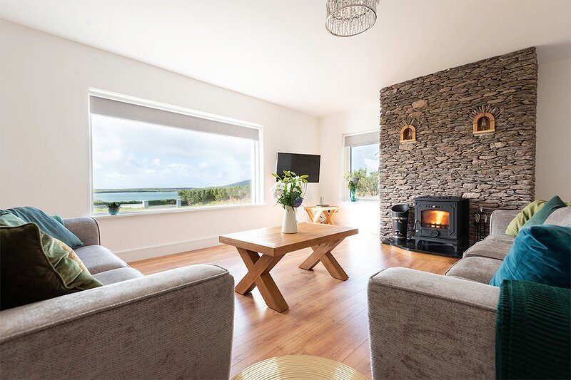 Lullaby Cottage – NEW! Incredible views across Ventry Harbour, holiday rental in Dingle Peninsula