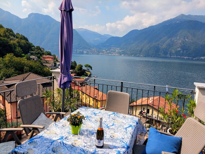 Luxurious apartment; breathtaking view on Lake Como with 3 bedrooms, 2 bathrooms, vacation rental in Lezzeno