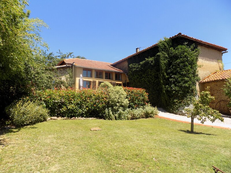 Lassere - top-class gite with amazing views and a huge covered pool, casa vacanza a Boulogne sur Gesse